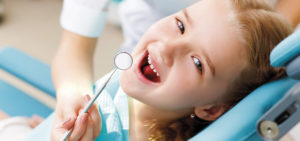 Auch Kinder sind in der Zahnarzt-Praxis Kümmel in Mutlangen gut aufgehoben